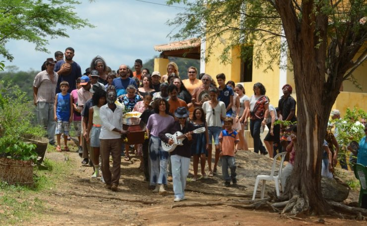 bacurau-2019-010-village-procession-man-with-guitar-ORIGINAL.jpeg