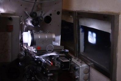 1200px-Projecteur_cinématographique_35mm.jpg