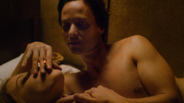 FABIAN_Fabian-Tom-Schilling-mit-Cornelia-Saskia-Rosendahl-rauchend-im-Bett-©Lupa-Film_Hanno-Lentz_DCM-352x198@3